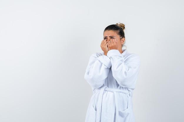 Jeune femme serrant les poings et à la peur
