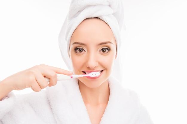 Jeune femme, à, serviette, sur, elle, tête, tenue, brosse dent