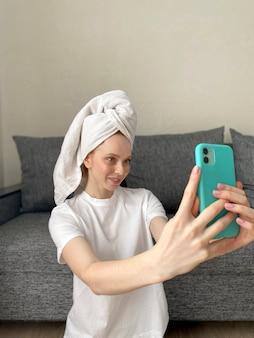 Jeune femme avec une serviette sur la tête