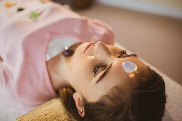 Jeune femme à la session de guérison de cristal
