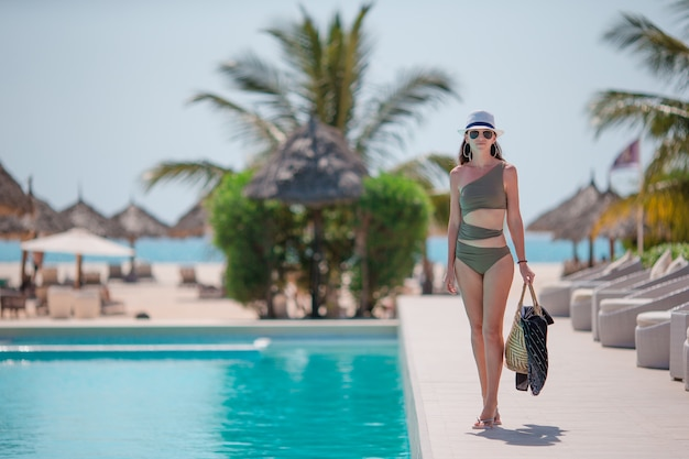 Jeune femme sexy, appréciant le repos dans la piscine extérieure