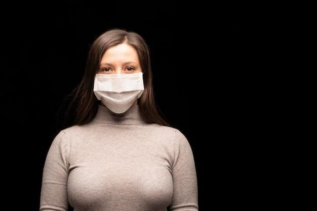 Une jeune femme sexy dans un masque. protection contre les infections à coronavirus.