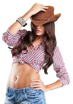 Jeune femme sexy portant un chapeau de cowboy