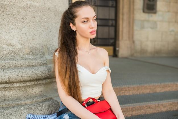 Jeune femme sexy séduisante posant