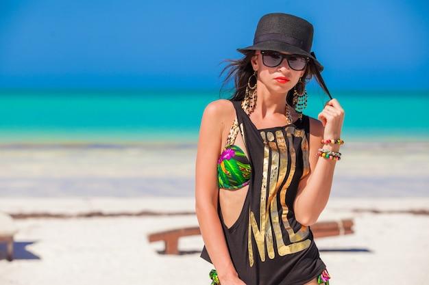Jeune femme sexy en vacances