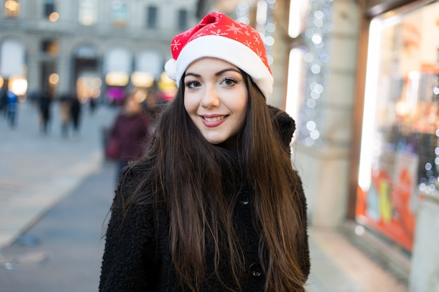 Jeune femme shopping avec une tenue de noël