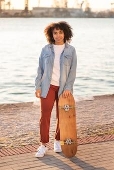 Jeune femme, à, skateboard
