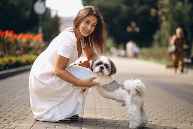 Jeune femme avec son animal de compagnie en plein air