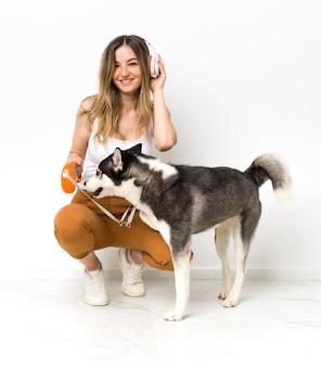 Jeune femme avec son chien husky