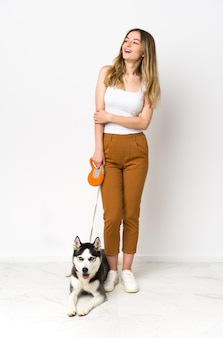 Jeune femme avec son chien à l'intérieur