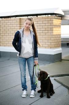 Jeune femme avec son chien labrador