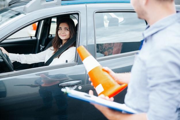 Jeune femme à son examen de permis de conduire