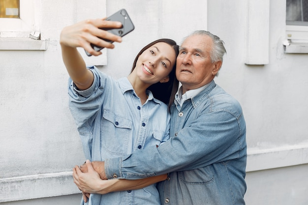 Jeune femme et son grand-père prenant un selfie