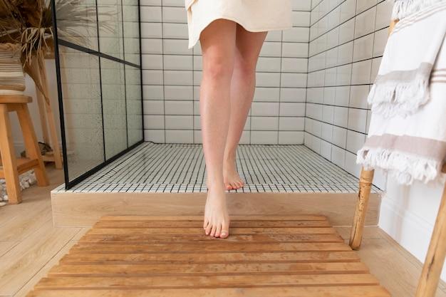 Jeune femme sortant de la douche