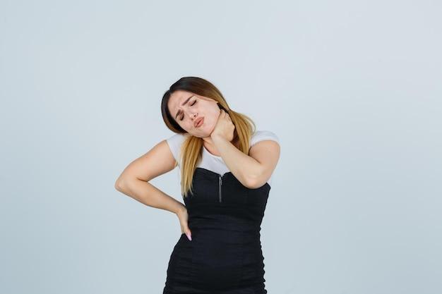 Jeune femme souffrant de douleurs au cou