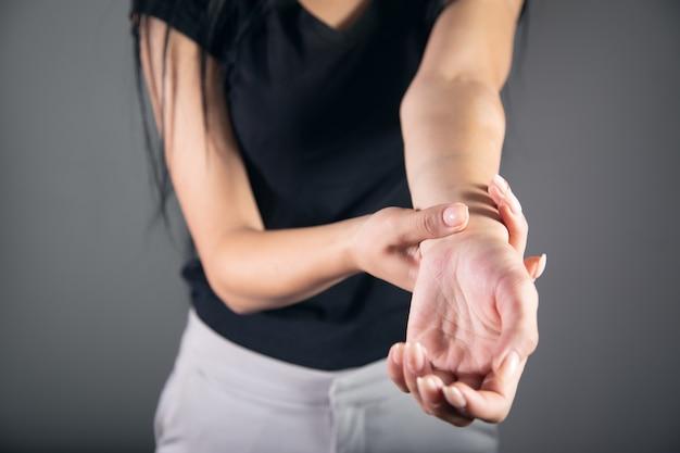 Jeune femme souffrant de douleurs au poignet