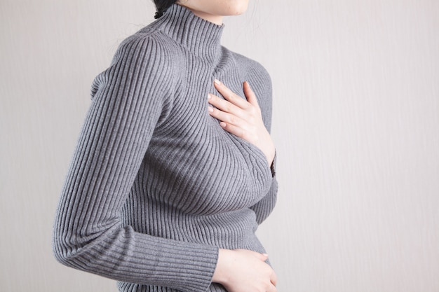Jeune femme souffrant de graves douleurs thoraciques