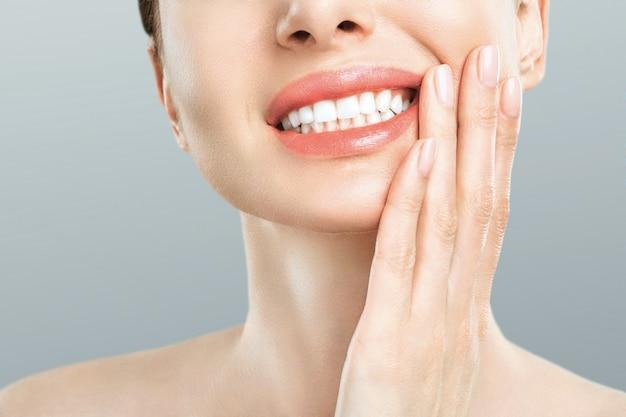 Jeune femme souffre de maux de dents sévères