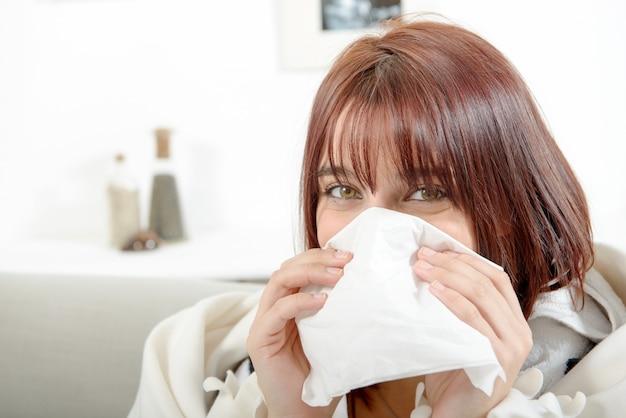 Jeune femme souffre d'un rhume