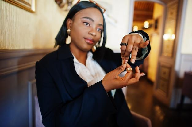 Jeune femme sourde utilisant la langue des signes