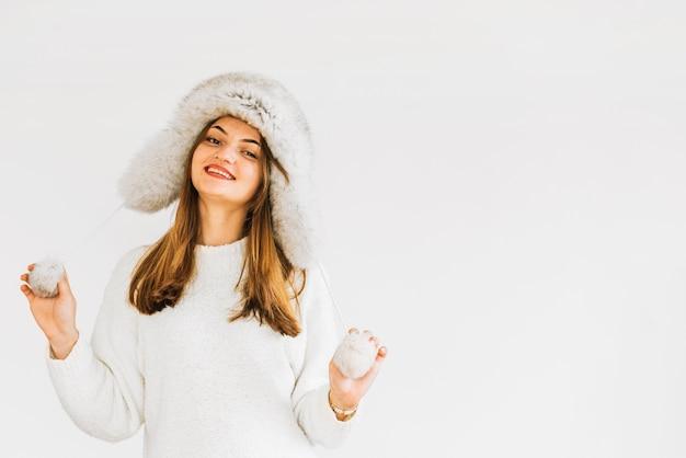 Jeune femme souriante au chapeau et pull de fourrure