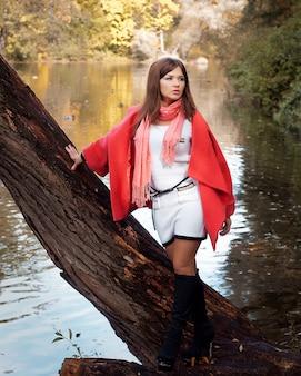 Jeune femme souriante en automne parc