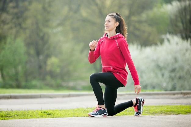 Jeune femme souriante avant de commencer à courir