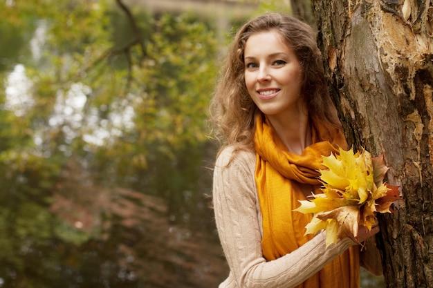 Jeune, femme souriante, dans, automne, parc, grand plan