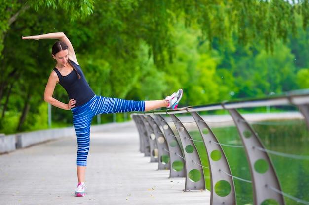 Jeune femme souriante, faire des exercices sportifs en plein air