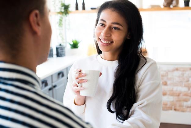 Jeune femme souriante heureuse regardant son petit ami