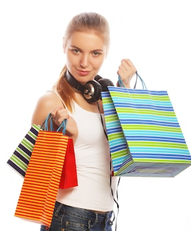 Jeune femme souriante heureuse avec des sacs à provisions.