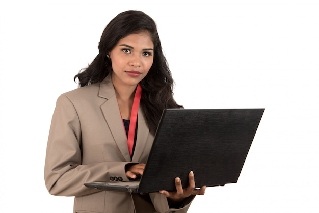 Jeune femme souriante heureuse tenant un ordinateur portable.