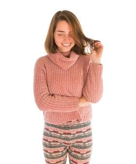 Jeune femme souriante mignonne en pull rose isolé sur blanc
