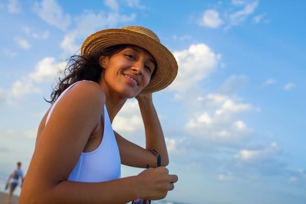 Jeune femme souriante sur la plage