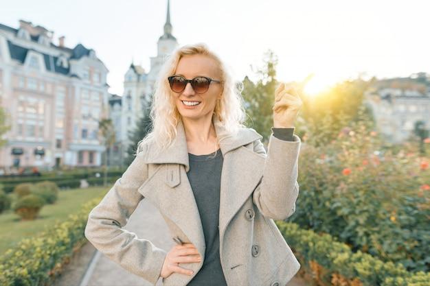 Jeune femme souriante pointant