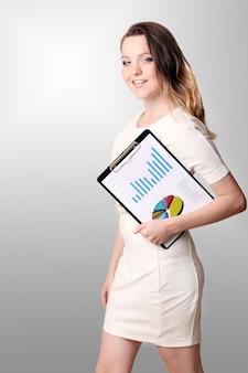 Jeune femme souriante avec le presse-papier et stylo