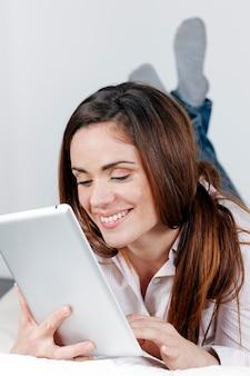 Jeune femme souriante, sur, sofa, à, tablette