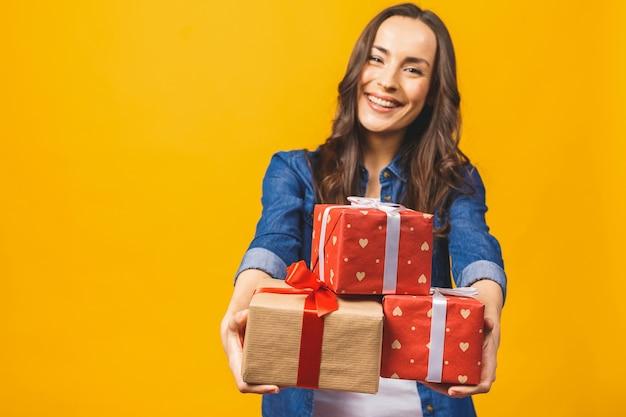 Jeune femme souriante tenir coffret cadeau isolé