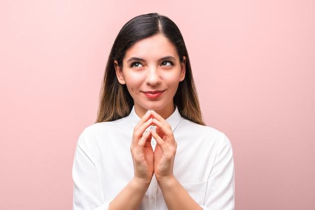 Jeune femme sournoise, complotant quelque chose pour le premier avril, fools day