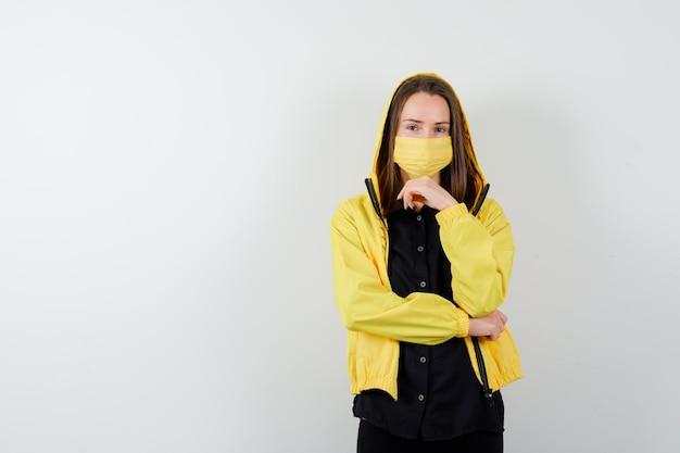 Jeune femme soutenant le menton sur place
