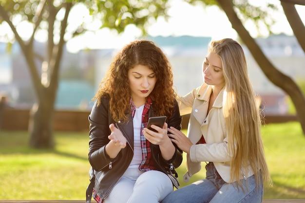 Jeune femme soutenir et calmer son ami contrarié