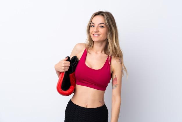 Jeune femme sport sur mur blanc isolé avec des gants de boxe
