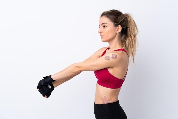 Jeune femme sport sur mur blanc isolé qui s'étend