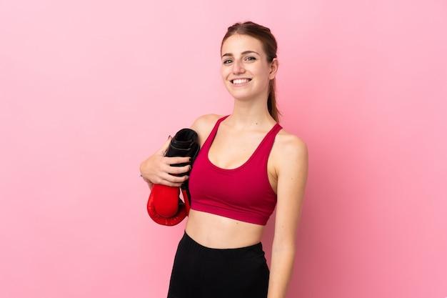 Jeune femme sport sur mur isolé