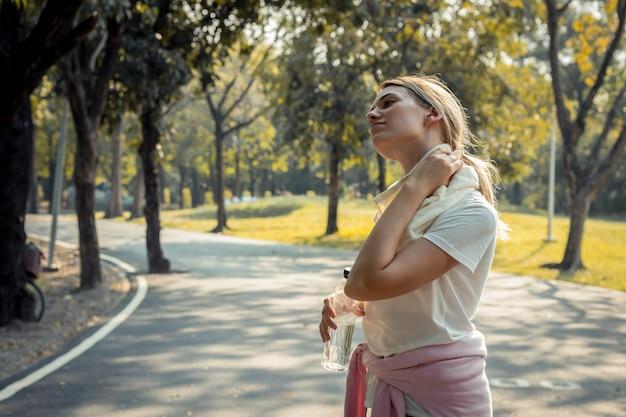 Jeune femme sportive après avoir couru dans le parc