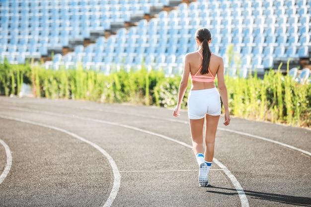 Jeune femme sportive au stade