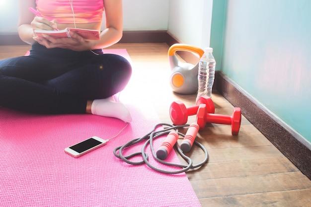 Jeune femme sportive et en bonne santé, planification pour un régime amaigrissant. exercice et entraînement