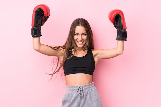 Jeune femme sportive boxe