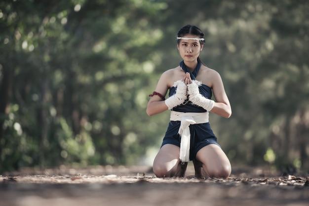 Jeune femme sportive de boxeur avec des bandages de boxe blanche.