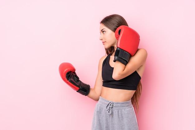Jeune femme sportive caucasienne boxe